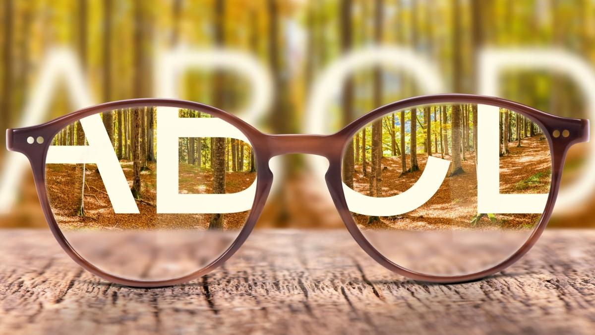 Čo je to astigmatizmus, aké má príznaky a liečbu? (u dospelých i detí)