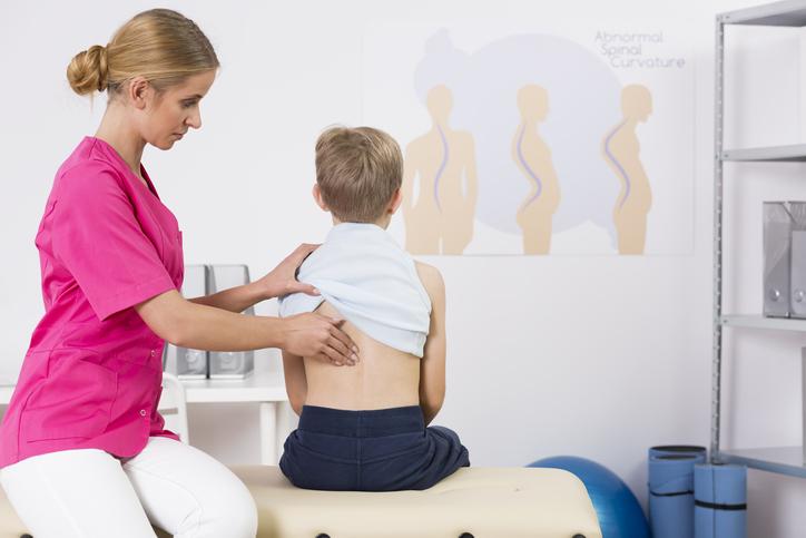 Scheuermannova choroba, juvenilná kyfóza: Aké má príčiny a príznaky?