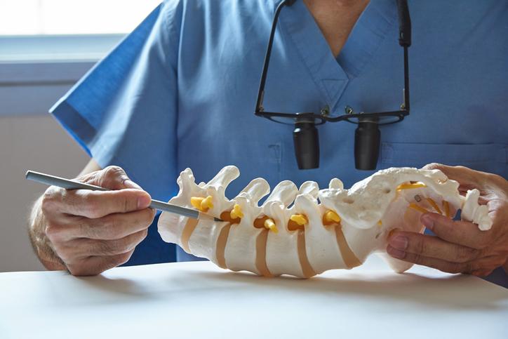 Spondylóza: Čo sú to výrastky na chrbtici a prečo vznikajú? + príznaky