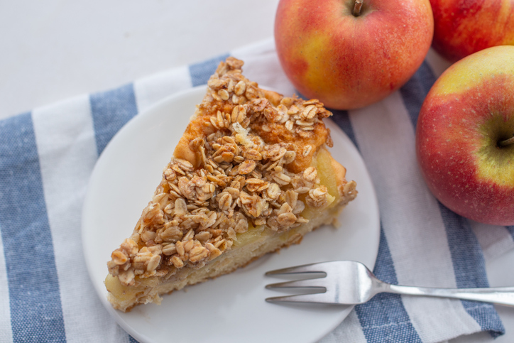 Fit jablkový koláč? Skúste recept z piškótového cesta, pudingom a tvarohom