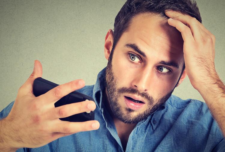 Lupiny vo vlasoch. Sú príčinou mastné vlasy alebo treba hľadať problém niekde inde?
