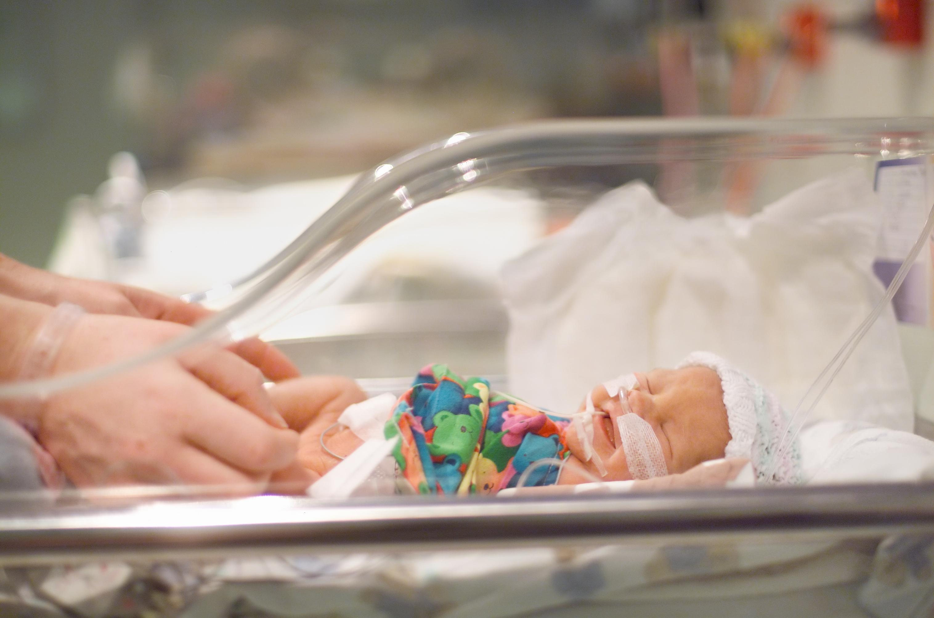 predčasne narodené dieťa v inkubátore
