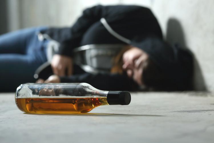 Otrava alkoholom, vracanie a ostatné príznaky, aká je prvá pomoc?