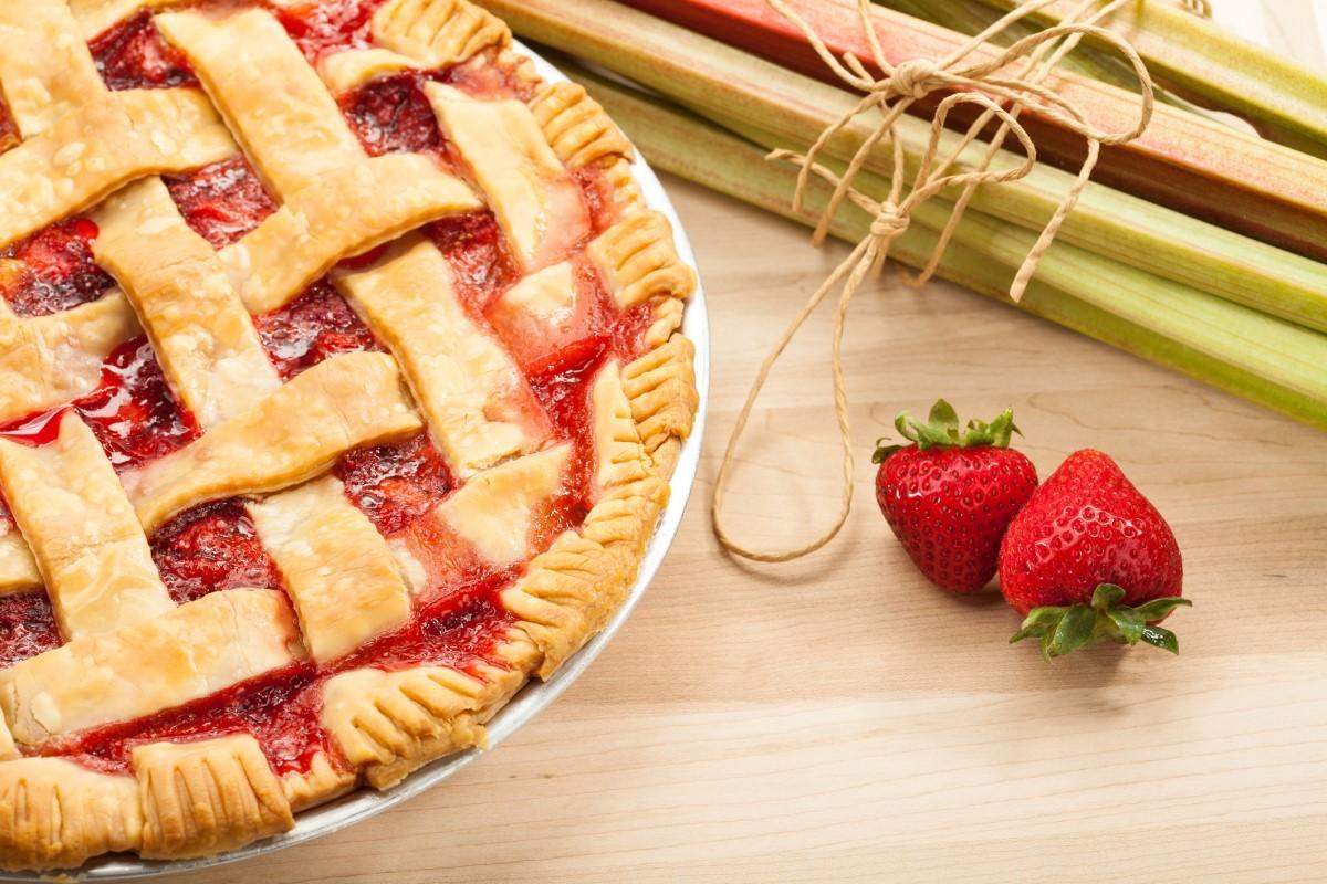 Recept na zdravý a fit jahodový koláč s rebarborou (zo špaldovej múky)