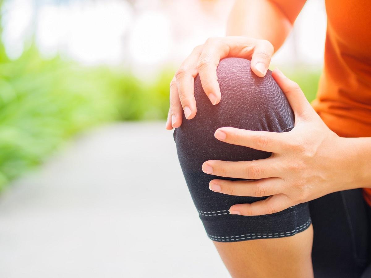 Voda v kolene a opuch: Aké sú hlavné príčiny? Čo pomôže pri liečbe?
