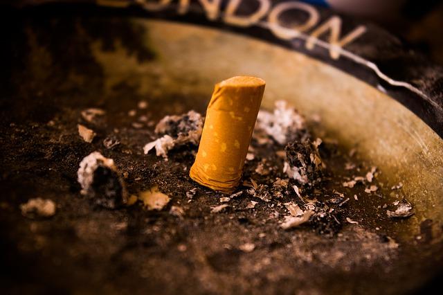 Cigareta, ohorok, popol, popolník, fajčenie
