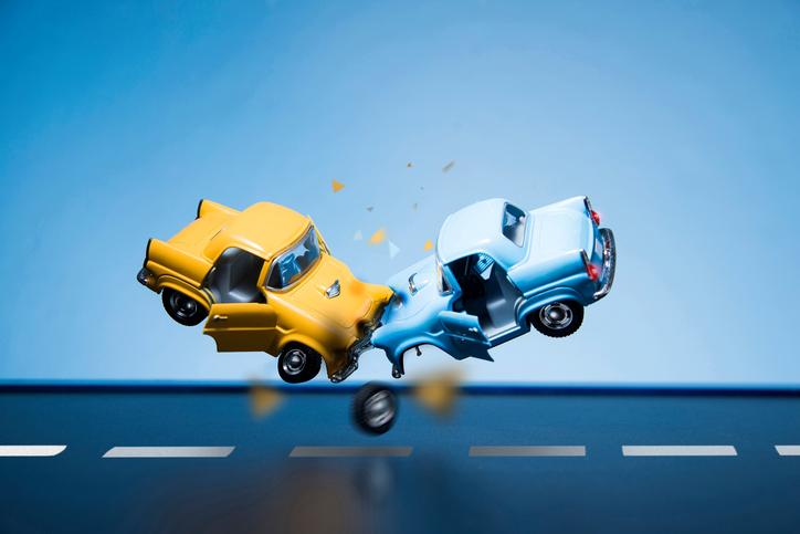 dve osobné autá, žlté a modré dopravná nehoda